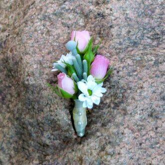 Бутоньерка из розовых роз и хризантем