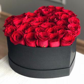 Красные розы в коробке в виде сердца