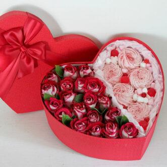 Розы и зефир в коробке в виде сердца