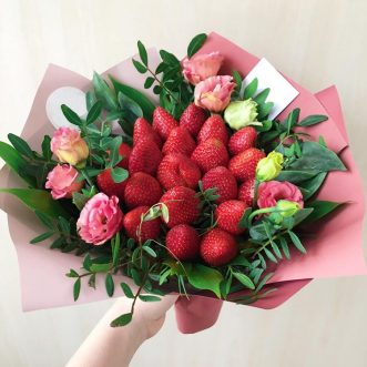 Букет из клубники и розовых эустом