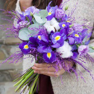 Букет из ирисов и фиолетовых эустом