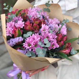 Букет из красных альстромерий и хризантем