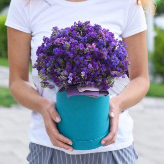 Фиолетовая статица в шляпной коробке
