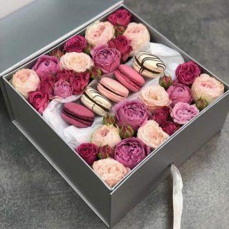 Макаруны и кустовых роз в квадратной коробке