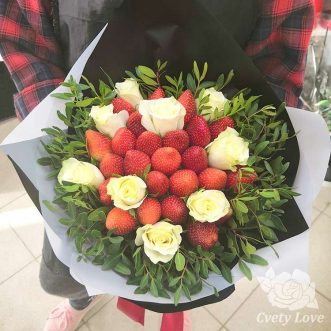 Букет из клубники и белых роз