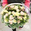 Кустовые розы и гиперикум в корзине