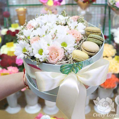 Макаруны, хризантемы и розы в коробке