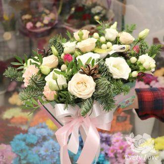 Новогодняя композиция из эустом и роз