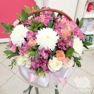 Альстромерии, хризантемы и розы в корзине
