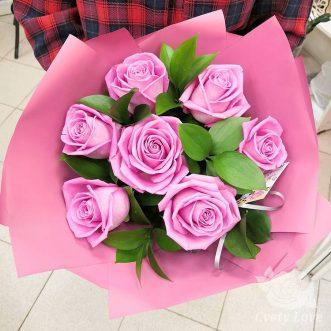 Букет из 7 розовых роз и рускуса