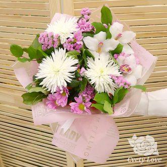 Букет из белых хризантем и орхидей