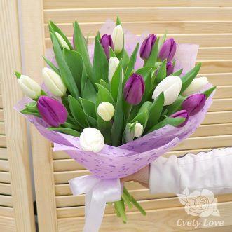 Букет из белых и фиолетовых тюльпанов