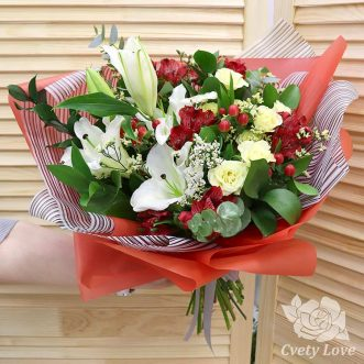 Букет из лилии и красных альстромерий