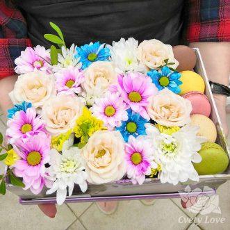 Макаруны, кустовые хризантемы и розы в коробке