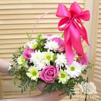 Розовые розы и хризантемы в корзине