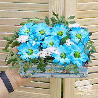 Статица и голубая хризантемы в коробке