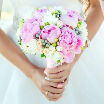 Букет невесты из розовых пионов и фрезии