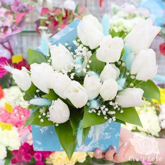 Белые тюльпаны в коробке-конверт