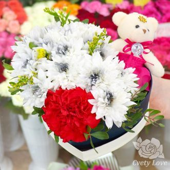 Хризантема и игрушка в коробке в виде сердца