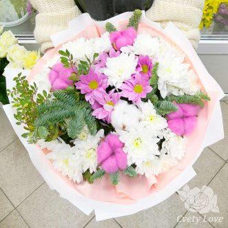 Зимний букет из хризантем и хвои
