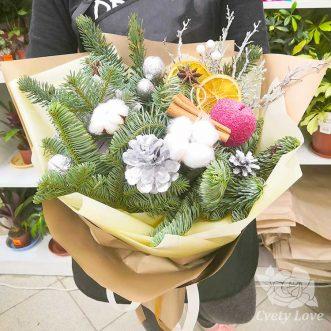 Зимний букет из хвои и декора