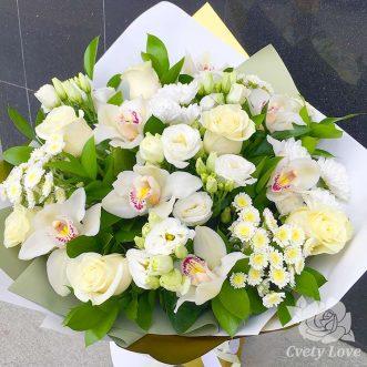 Букет из белых орхидей, хризантем и роз