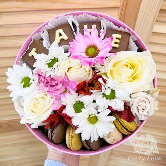 5 макарун, хризантемы и розы в шляпной коробке