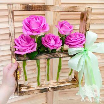 5 роз в колбе на подставке