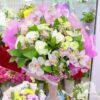 Букет из белых пионов, роз и орхидей