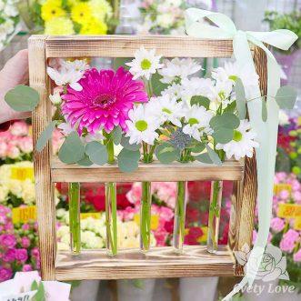 Кустовые хризантемы и гербер в колбе