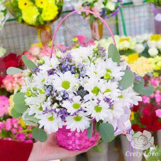 Кустовые хризантемы и гипсофила в корзине