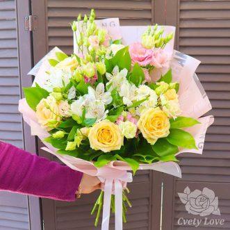 Букет из кремовых роз, эустом и альстромерий