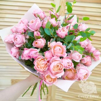 Букет из пионовидных кустовых роз и зелени