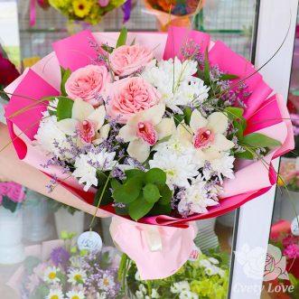 Букет из пионовидных роз, орхидей и хризантем