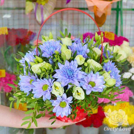 Голубые хризантемы и эустомы в корзине