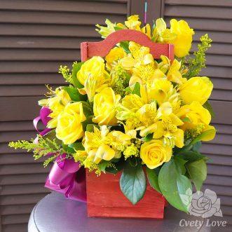 Желтые розы и альстромерии в ящике