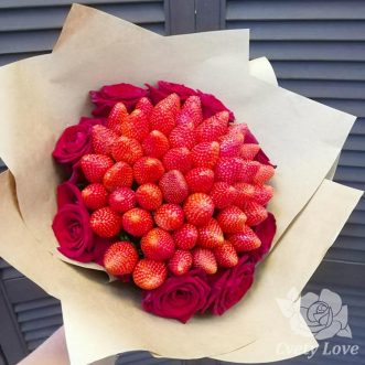 Букет из клубники и российских роз