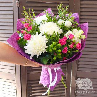 Букет из одноголовых хризантем, роз и эустом